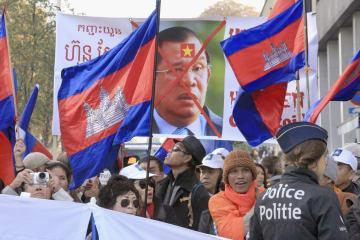 19日、ブリュッセルの欧州連合本部近くで行われたフン・セン政権に反対するカンボジア人のデモ(共同)