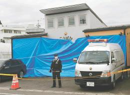 ブルーシートに覆われたままの東仙台交番=19日午後