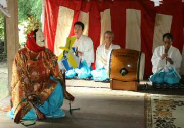 最後の舞台を披露する真玉有寺岩戸神楽のメンバー。神社拝殿内で10演目を力強く舞った=豊後高田市大岩屋有寺地区
