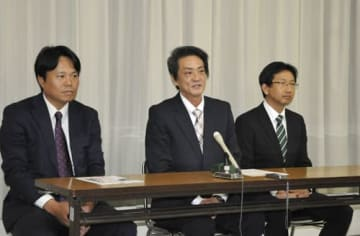 【記者会見で県議選への立候補を表明する(左から)稲垣氏、北川氏、森野氏=県庁で】