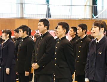 創立70周年記念式典で校歌を斉唱する住田高の生徒