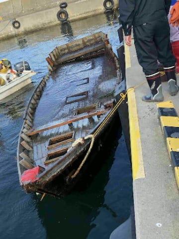 野牛漁港沖で漂流しているのが見つかった木造船=19日(八戸海上保安部提供)