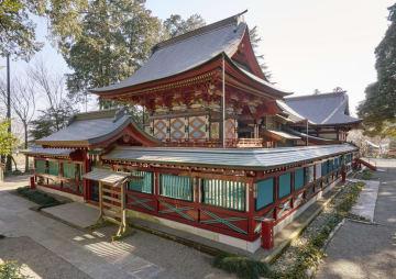 北西から臨んだ本殿。幾何学的なデザインの「地紋彫り」が施されている。写真奥が拝殿=真岡市東郷