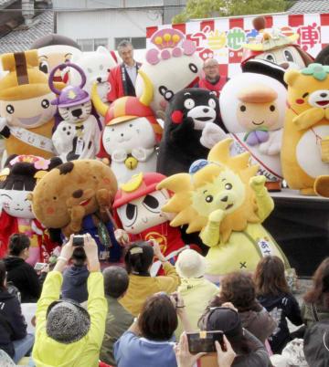 滋賀県彦根市で開かれた「ご当地キャラ博2018」の開幕式=20日午前
