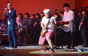 ステージでは、柏音楽大使の2団体が初共演。柏ゆかりのミュージシャン、サンプラザ中野くん(左)とパッパラー河合さんも登場した=柏市民文化会館