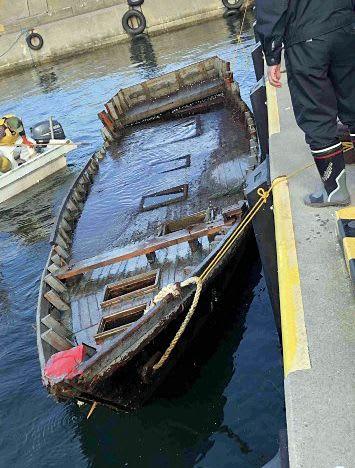 野牛漁港に係留された木造船=19日(八戸海上保安部提供)