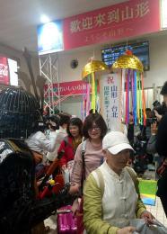 山形空港で歓迎を受ける台湾からのツアー客