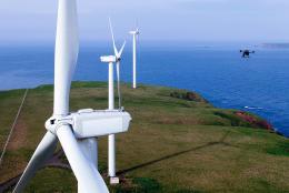 風力発電施設を点検するドローン