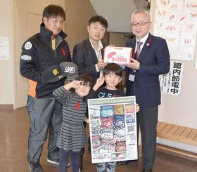 ステッカーの益金を寄付した岡村さん(後列右から2番目)