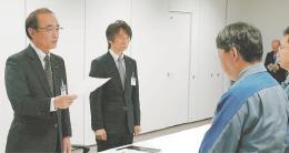 福島県庁で不具合の再発防止を東電幹部に申し入れる成田部長(左)
