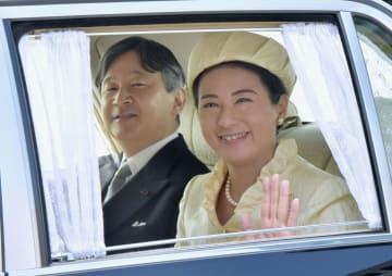 皇后さまの誕生日のお祝いのため、皇居に入られる皇太子ご夫妻=20日午前、半蔵門(代表撮影)