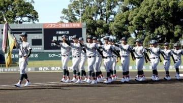 入場行進する4度目出場の国府=熊本市のリブワーク藤崎台