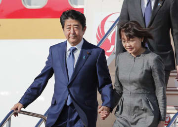 欧州3カ国歴訪を終え、帰国した安倍首相と昭恵夫人=20日午後、羽田空港