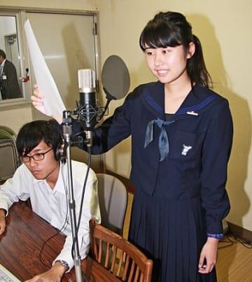 【和歌山県知事選に向け、広報啓発車用のアナウンスを録音する桐蔭高校の宮本彩理香さん(19日、和歌山市で)】