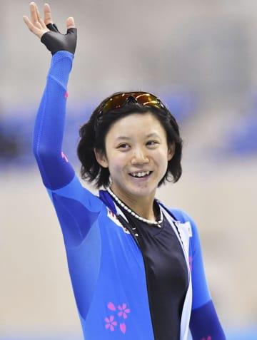 女子1000メートルで優勝し、笑顔で手を振る高木美帆=エムウエーブ