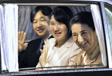 皇后さまの誕生日を祝う夕食会のため、皇居に入られる皇太子ご一家=20日午後、半蔵門(代表撮影)