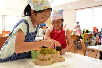 古墳の形をしたケーキ作りに挑戦する子どもたち