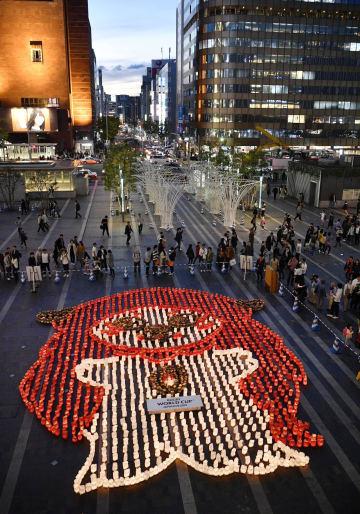 ラグビーのW杯日本大会の開催地、福岡市のJR博多駅前広場に出現した、灯籠でかたどられた大会公式マスコット「レンジー」の「ジー」=20日夕