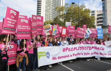 英国のEU離脱に関する新たな国民投票を求めデモ行進する市民ら=20日、ロンドン(共同)