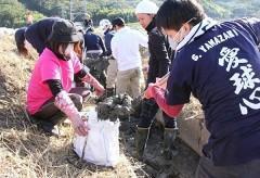 豪雨被災の水田排水路で泥を除去