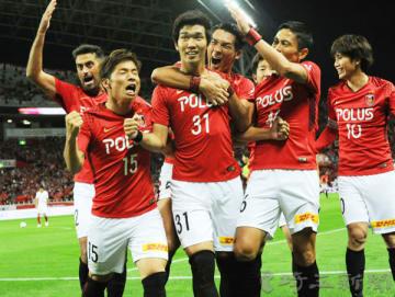 浦和―鹿島 後半7分、浦和の岩波(31)が同点ゴールを決め、仲間から祝福される