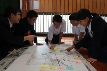地図を使って、茂木の未来について考えた特別授業=長崎市立茂木中