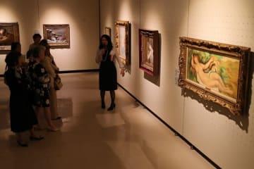 ルノワールの作品などを集めた「フランス近代絵画と珠玉のラリック展」の内覧会=長崎県佐世保市、島瀬美術センター