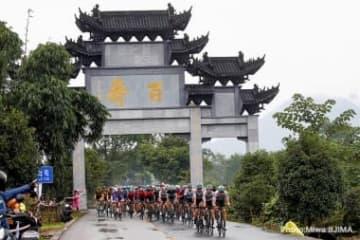 中国ならではの景色の中を行く集団。バーレーンメリダもまとまって走る姿が確認できる   Photo:Miwa IIJIMA
