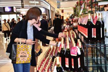4ワイナリーの新酒が解禁され、買い物客でにぎわった「みやざきワインヌーヴォーフェア」=20日午後、宮崎市・イオンモール宮崎