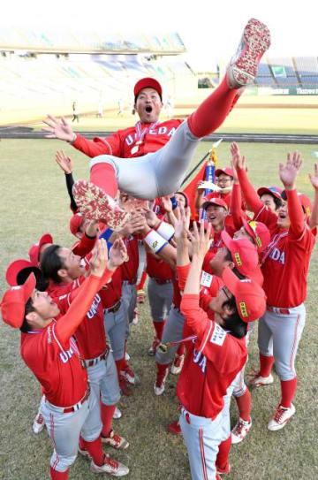 新名監督を胴上げし、優勝を喜ぶ梅田学園ベースボールクラブの選手たち=20日午後、宮崎市・KIRISHIMAサンマリンスタジアム宮崎