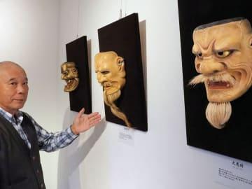 初めて開いた能面展で「古典芸能の魅力を知るきっかけになれば」と語る大蔵さん(高島市・ギャラリー藤乃井)