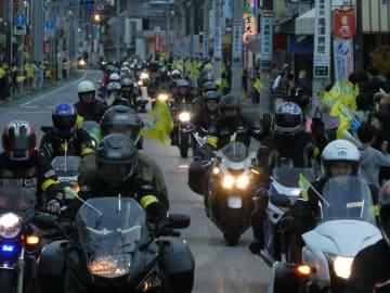 長い隊列をつくって町の中心部をパレードする参加者
