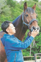 「馬も人も育てられる環境をつくることが恩返し」と話す鈴木さんとシスコズシャトー号
