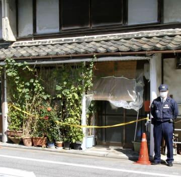 住人の男性が亡くなっていた長屋=21日午後、滋賀県長浜市