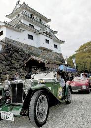白石城天守閣前を通過するクラシックカー