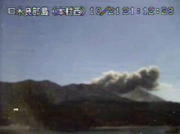 気象庁のカメラが撮影した鹿児島県の口永良部島。新岳でごく小規模な噴火があり、噴煙が高さ200メートルまで上がった=21日午後9時12分