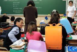 「見て見て。宿題、全部できたよ」。児童をボランティアらが見守る放課後学習=神戸市垂水区本多聞4