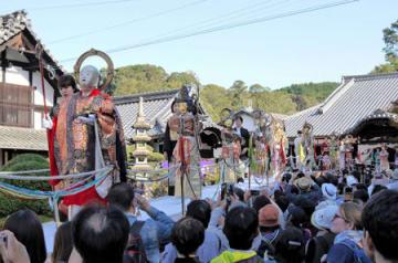 きらびやかな衣装で本堂から地蔵堂に向かう二十五菩薩の行列(京都市東山区・即成院)