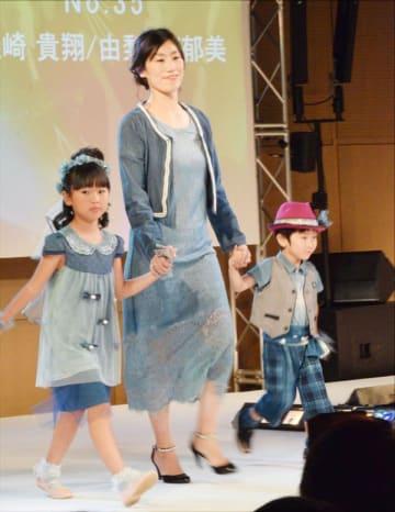藍染の衣装を披露する親子連れ=藍住町役場