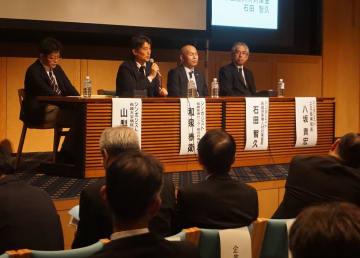 シンポジウムで、新専門医制度の課題について意見を交わす登壇者=長崎市茂里町、長崎ブリックホール