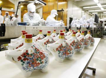 サントリースピリッツが公開した来年のえとのイノシシをかたどった陶製ボトル入りウイスキー=22日午前、大阪府島本町の山崎蒸溜所