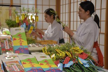 水戸八幡宮で始まった「子育て笹」と「千歳飴」の準備=水戸市八幡町