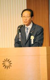 臨時党大会であいさつする佐々木代表