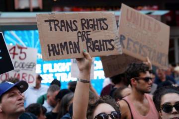 トランスジェンダーの米軍入隊制限を発表したトランプ政権に抗議する市民=2017年7月、米ニューヨーク(ロイター=共同)
