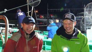 戦い終わってノーサイド、共通の趣味である釣りに出かけた堀口(左)と那須川(右)