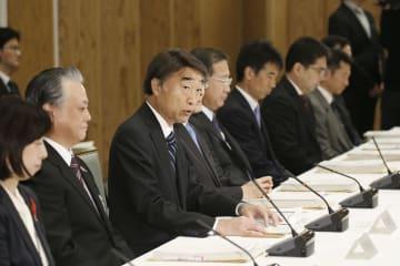 中央省庁の障害者雇用に関する関係府省庁連絡会議であいさつする根本厚労相(左から3人目)=22日午前、首相官邸