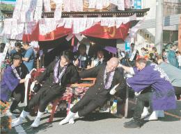 祭りに参加するツアー参加者と若連メンバーら=7日、福島県二本松市
