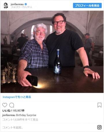 ドラマ「ザ・マンダロリアン(原題)」撮影現場でのジョージ・ルーカス(左)とジョン・ファヴロー(右)(写真はジョン・ファヴロー公式Instagramのスクリーンショット)