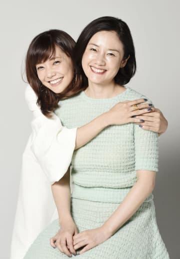 「大好きな女優さん」だという原田知世(右)に抱きついて笑顔の倉科カナ=東京都内