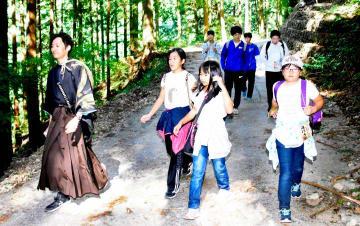 坂本龍馬がたどったとされる道を歩く参加者